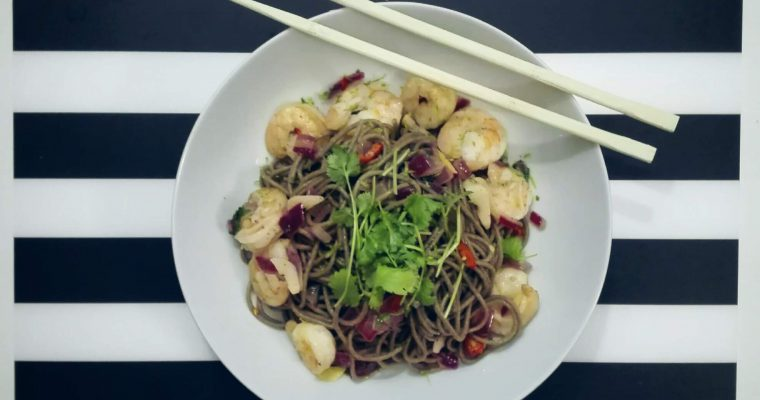 Makaron gryczany z krewetkami, chilli i świeżą kolendrą