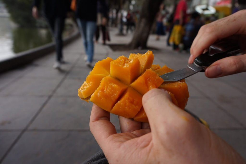 jak się obiera mango