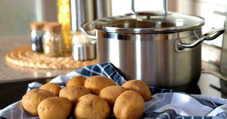 Ile gotować ziemniaki? Czas, solenie ziemniaków